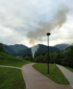 Kurjenje na prostem tik ob rekreacijskim središčem v Zagorju